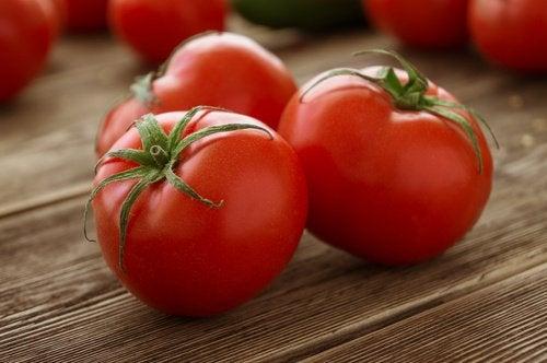 poista känsät tomaatin avulla