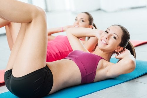 treenaa vatsalihakset vastuskuminauhalla