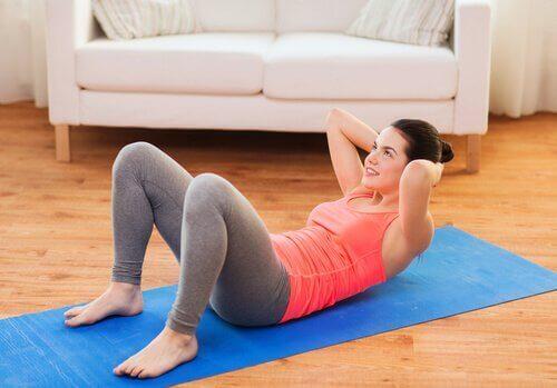nainen tekee vatsalihasliikkeitä