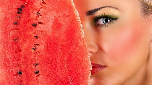 ihon pudistus vesimelonin kuorella