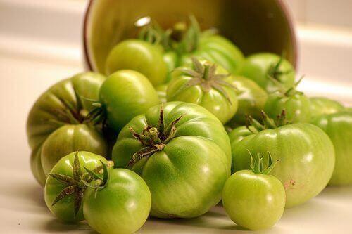 vihreitä tomaatteja