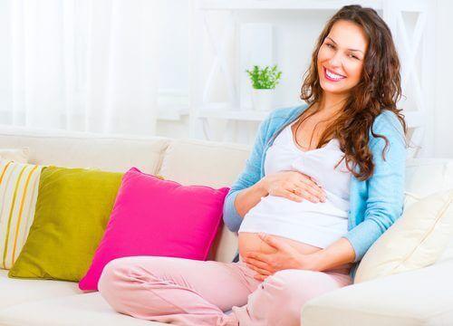 onnellinen nainen raskaana