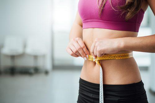 nainen on alkanut dieetille