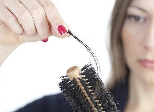 Liiallinen hiustenlähtö voi olla merkkinä stressistä.