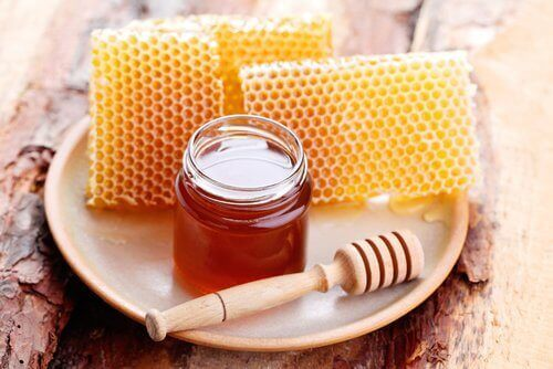 hunajakennot ja hunajaa