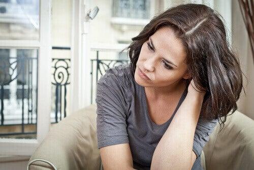 nainen miettii miten aloittaa harjoittamaan itsekontrollia