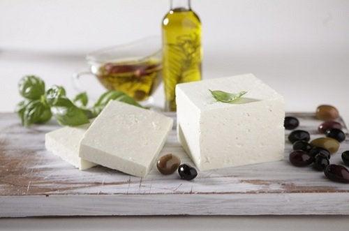 10 ruokaa, jotka valkaisevat hampaat - juusto.