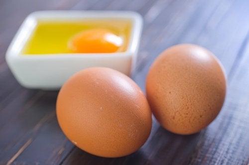 kokonaiset ja rikottu kananmuna