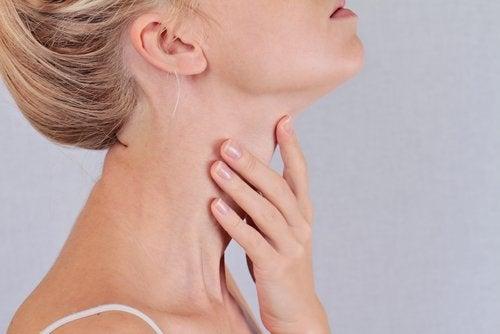 naisen kaula ja kilpirauhanen