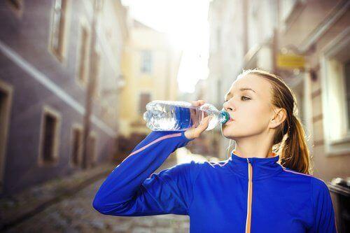 urheilija juo vettä