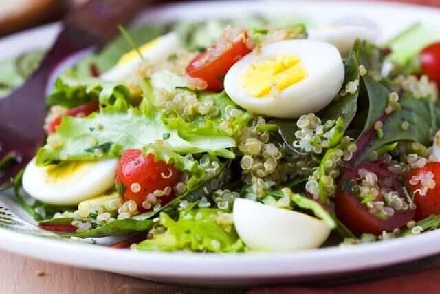 terveellinen salaatti kananmunalla