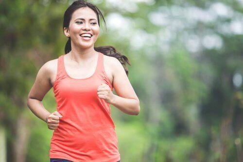nainen juoksulenkillä