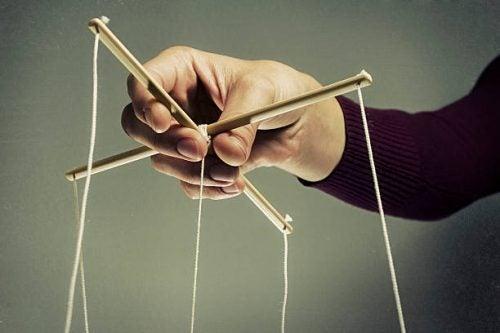 Manipuloiva ihminen saattaa yrittää tehdä oloasi syylliseksi.