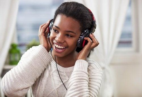 tyttö kuuntelee musiikkia