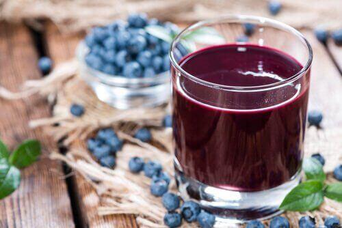 Mustikka on yksi luonnollinen kehoa puhdistava ruoka-aine.
