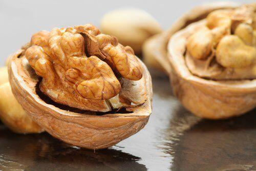 Saksanpähkinät auttavat palauttamaan hampaille valkoisen värinsä.