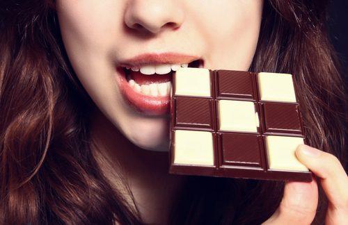 tyttö syö suklaata