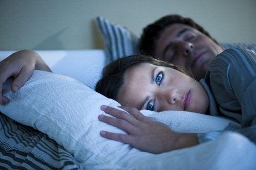mies nukkuu mutta nainen ei