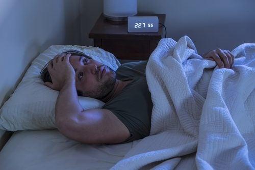 yksinäisyys aiheuttaa miehelle unettomuutta