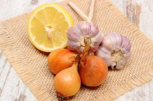 Valkosipulia, sitruunaa ja sipulia voi käyttää hoitona kaljuuntumiseen.
