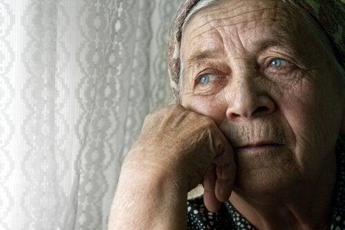 vanha mummo ja yksinäisyys