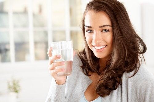 ehkäise suun kuivumista juomalla runsaasti vettä