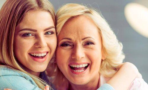 nuorempi ja vanhempi nainen
