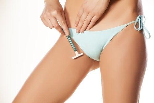 häpykarvojen poistaminen terällä bikinialueelta