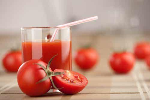 Viikoittainen detox-kuuri tomaattimehusta, valkosipulista ja kurkumasta