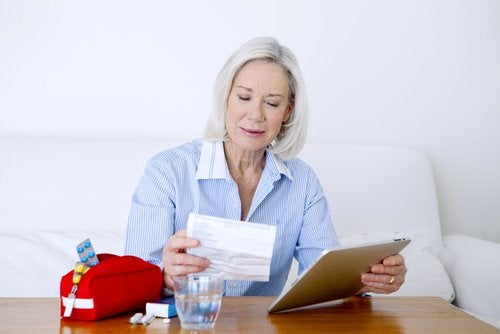 nainen tarkastelee lääkkeitään