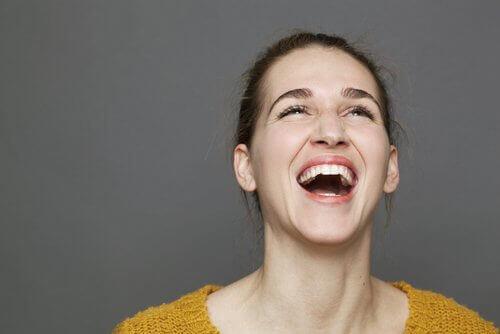 nainen nauraa