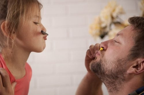 isän ja tyttären leikkihetki