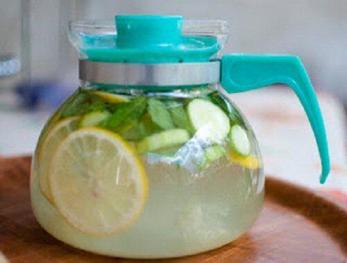 Inkivääristä, sitruunasta ja kurkusta valmistettu vesi auttaa poistamaan myrkkyjä kehosta.