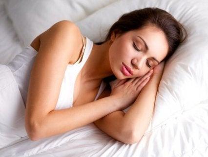 nainen nukkuu rauhallisesti