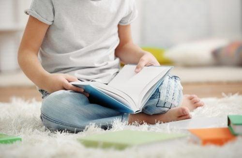 poika lukee lattialla
