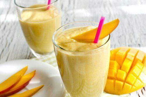 vähennä stressiä juomalla mangosmoothieta