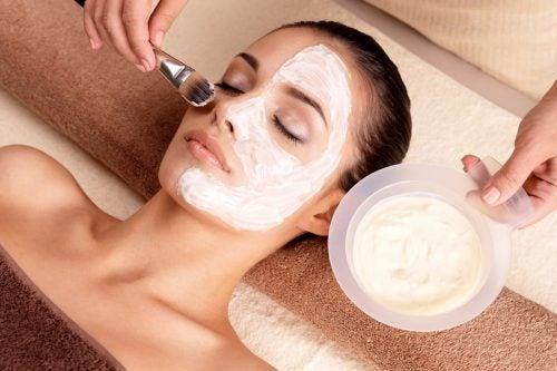 kasvonaamio ihohuokosten supistamiseksi