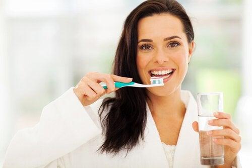 nainen harjaa hampaitaan