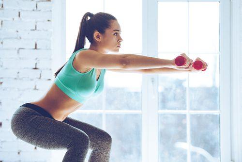 kyykky painoilla pakaralihasten suurentamiseksi