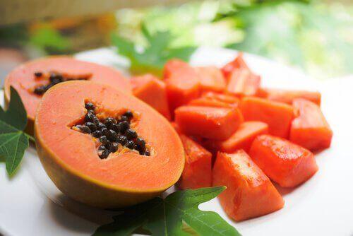 papaija ihohuokosten supistamiseksi