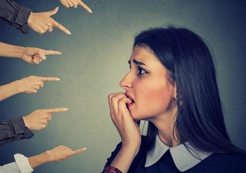 Pelkäätkö liikaa muiden mielipiteitä?