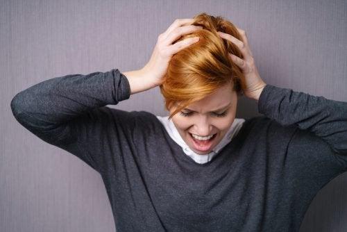 nainen repii kohta hiukset päästään