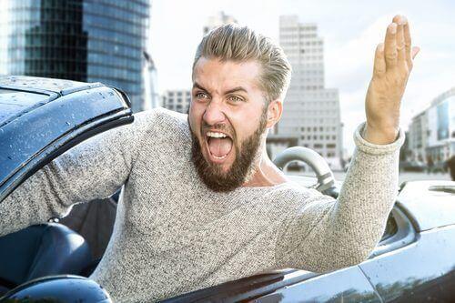mies raivoaa liikenteessä