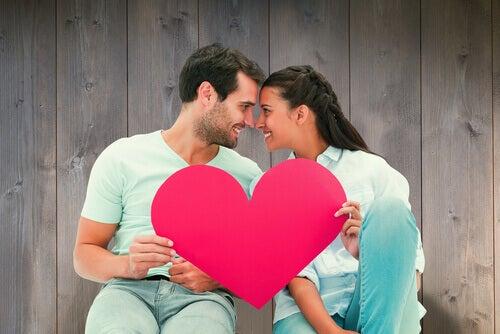 mies ja nainen pitelevät sydäntä