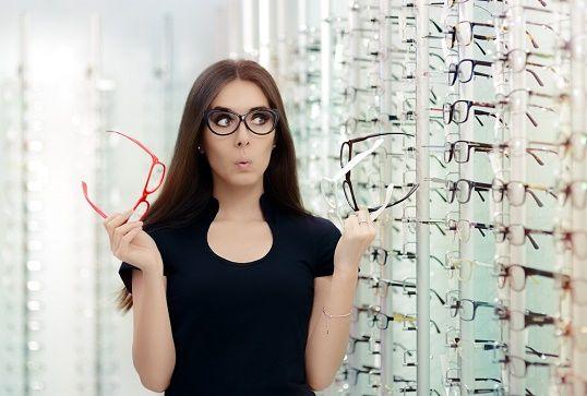 nainen haluaa muiden mielipiteitä silmälasien valinnassa