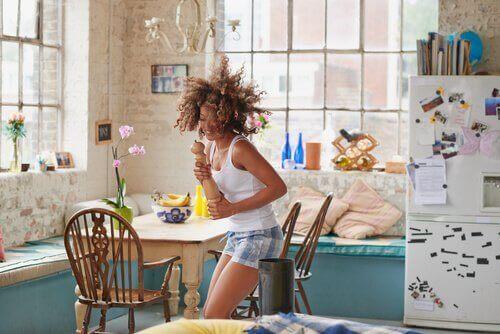 nainen tanssii keittiössä yöpuku päällä