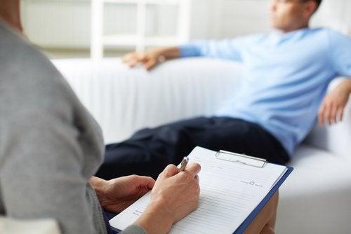 mies terapeutin sohvalla