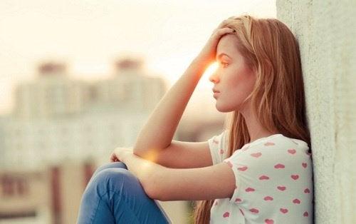 mietiskelevä tyttö