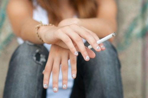 tyttö tupakoi