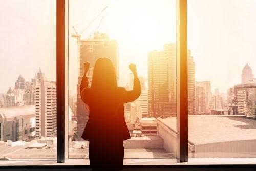 nainen hakkaa nyrkeillään ikkunaa